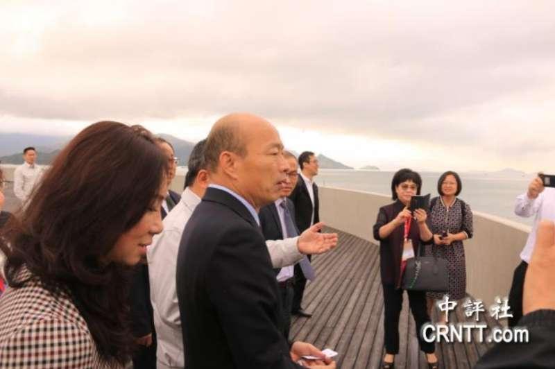 20190323-高雄市長韓國瑜在珠海市副市長祝青橋等人陪同下,參訪「港珠澳大橋」。(取自中評社)