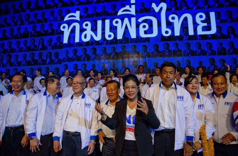 3月22日,為泰黨女領導人蘇達拉(中)率領候選人參加造勢活動(美聯社)