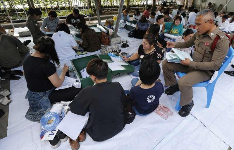 泰國將在24日舉行政變後首次大選,志工們正為選舉做準備(美聯社)