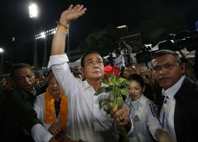 泰國總理帕拉育出現在公民力量黨造勢場合,為議員候選人站台催票。(美聯社)