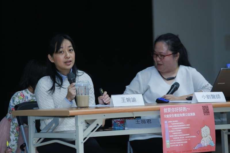 20190324-小燈泡媽媽王婉諭(左)以及小劉醫師(右)24日出席兒虐講座「從家庭與性別教育談社會安全」。(簡必丞攝)