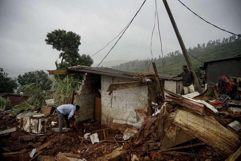 熱帶氣旋伊代重創非洲東南部,許多災民的家園已成斷垣殘壁。(AP)