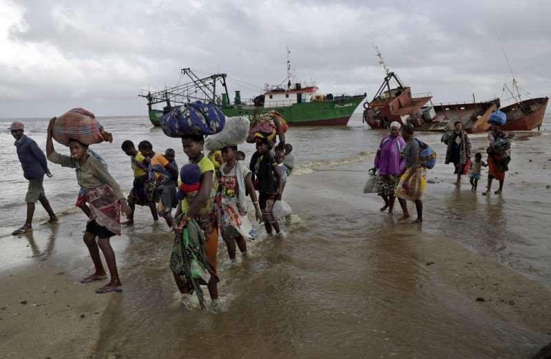 熱帶氣旋伊代重創非洲東南部,位處低窪地區的災民被搜救船救出。(AP)