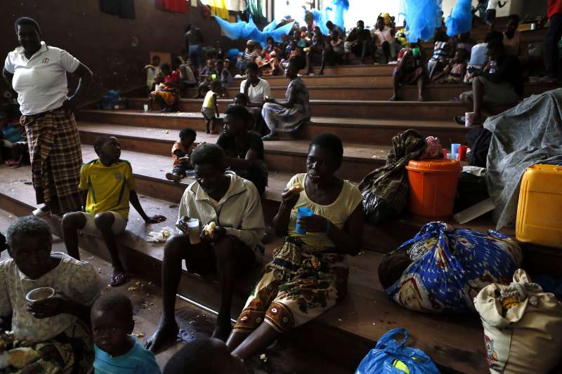 熱帶氣旋伊代重創非洲東南部,流離失所的災民只能棲身於庇護所內。(AP)