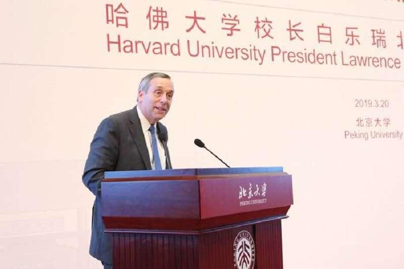哈佛大學校長白樂瑞在北大演講。(中評社)