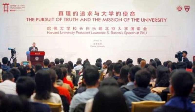 哈佛大學校長白樂瑞在北大演講,接受學生提問。(中評社)