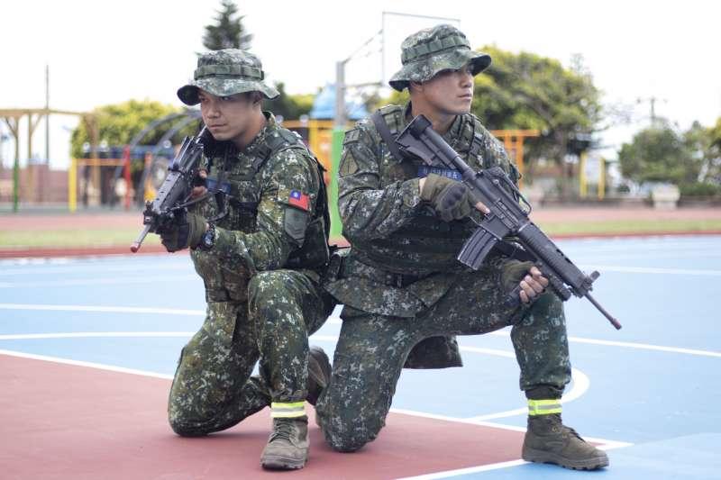20190325-陸軍特指部特4營濱海城鎮要地行軍訓練,特2連兄弟檔哥哥劉書村中士(右)、弟弟劉書延一兵(左)。(陸軍司令部提供)