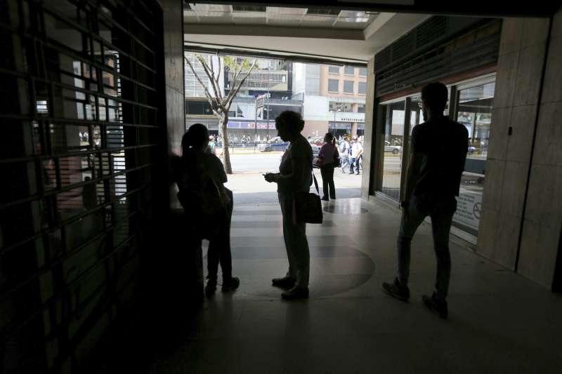 委內瑞拉25日再度發生大停電,首都卡拉卡斯頓時陷入一片黑暗。(AP)