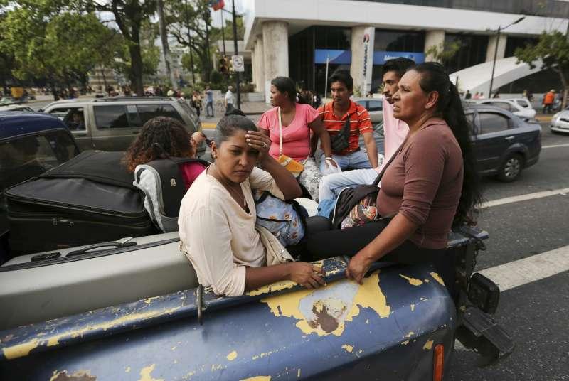 委內瑞拉25日再度發生大停電,首都卡拉卡斯交通大亂。(AP)
