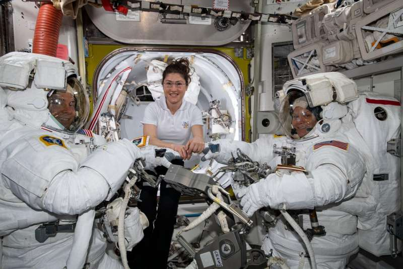 左起為美國NASA「遠征59」太空漫步任務的男太空人哈格、2位女太空人柯赫(Christina Koch)及麥克萊(Anne McClain)。(取自NASA)