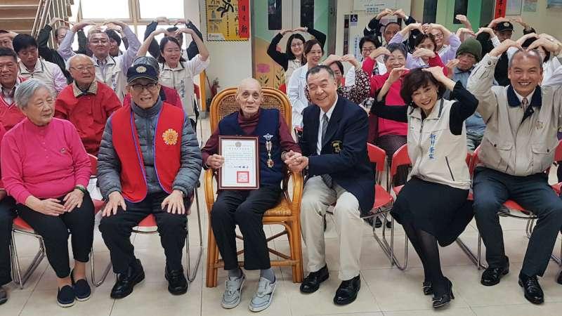 單身老榮民劉明芝(中)捐出賣屋積蓄給新竹榮家,及幫助需要幫助的人。(圖/方詠騰攝)