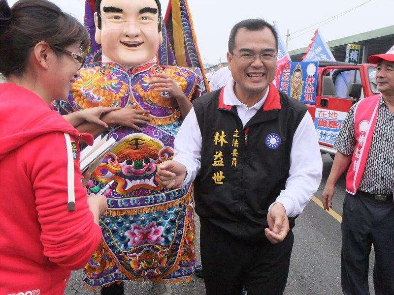 2011-11-28_立委林益世(中)。(取自林益世臉書)