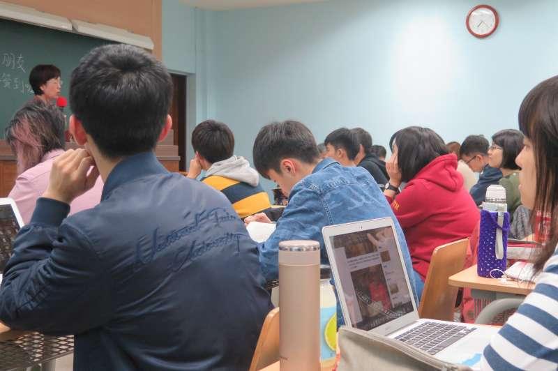 20190326-立委尤美女昨(25)返回母校和近百名學弟妹對話,學生都聚精會神聽講。(台大女研社提供)