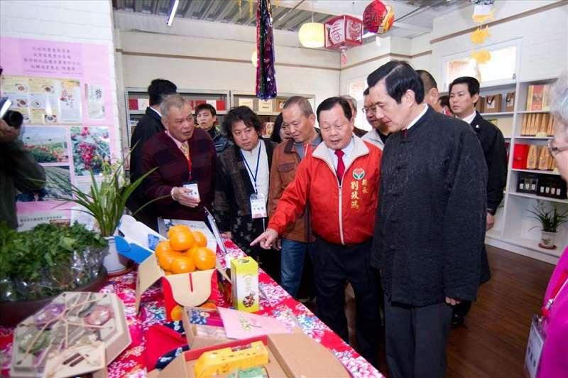 當年前總統馬英九親自走訪馬家庄農業推廣中心,前縣長劉政鴻陪同。(總統府)
