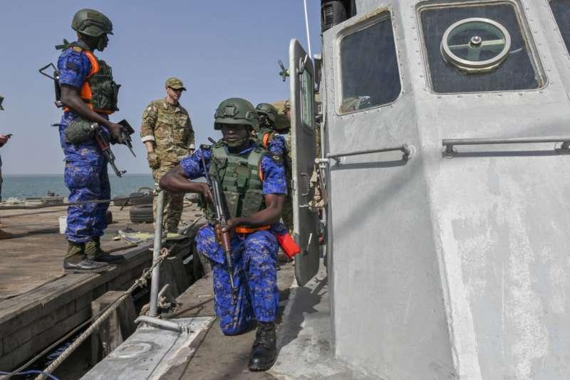 20190327-美國海軍非洲司令部日前在官方臉書上發布與塞內加爾、甘比亞海軍執行針對毒品、走私、人口販運防制進行的「疾速團結 2019」演習,歐洲國家、土耳其、巴西在內,有33國共同參與,並就區域合作、情資分享甚至是執法技巧等層面交流。(取自美國海軍)