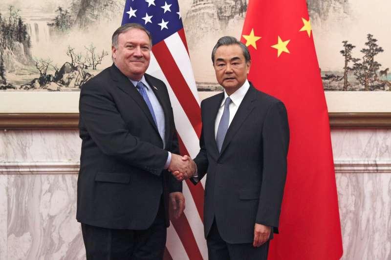 美國國務卿龐畢歐(左)27日表示,中國對民主構成威脅。圖為去年10月龐畢歐與中國外長王毅會面(美聯社)
