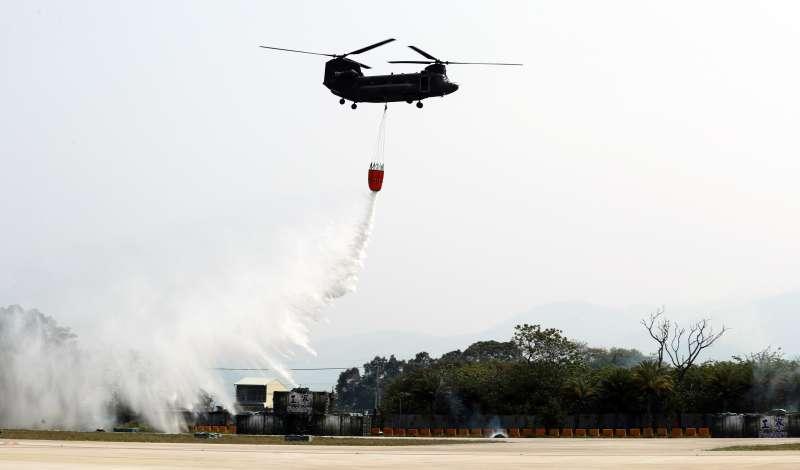 20190328-陸航602旅營區開放全兵力預演,CH-47SD直升機執行火災空中支援動態科目。(陸軍司令部提供)
