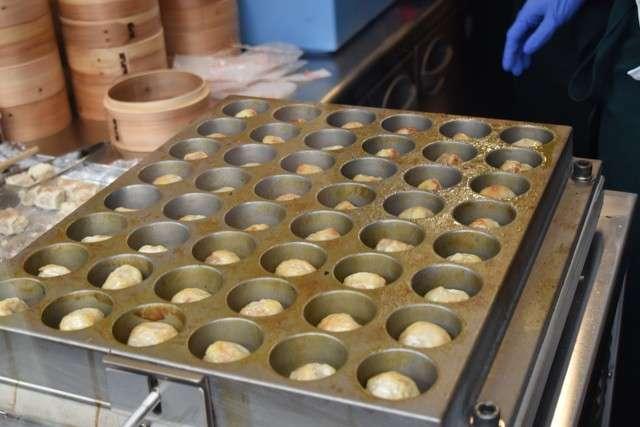 「燒賣BAR」的烤燒賣是用章魚燒機使其震動來燒烤(圖/潮日本提供)