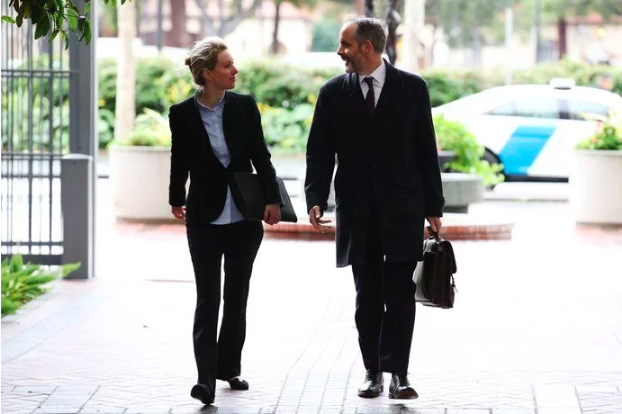 伊麗莎白和律師抵達聯邦法院。(圖/愛范兒提供)