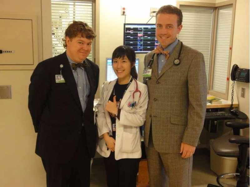 在醫生的職涯中,也常常與國外醫師交流、探討學術研究。(圖/女子學提供)