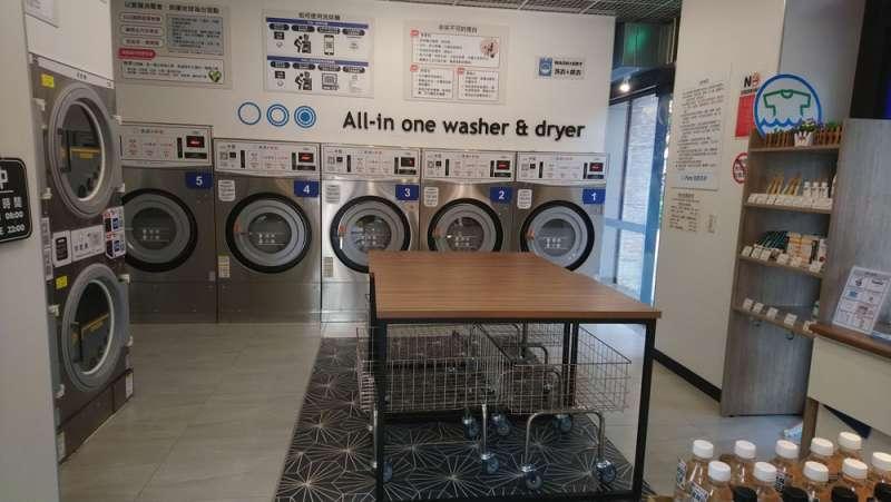 全家今年元月在新北市三重區推出首家自助洗衣複合店。(柯承惠攝)