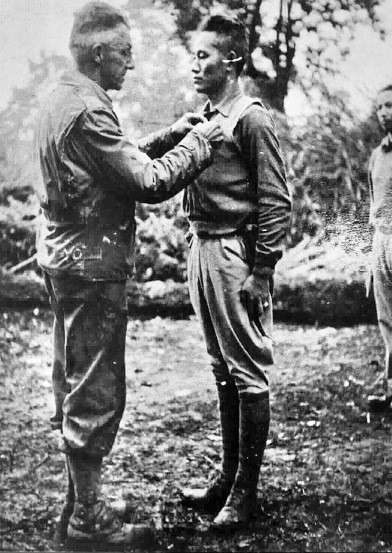 史迪威將軍代表美國政府贈勳孫立人將軍。(作者提供)