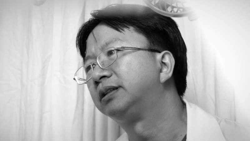紀錄片《一念》專訪,片中劇照,吳育政醫師。(舊視界文化藝術有限公司提供)