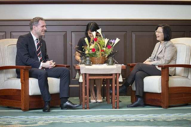 20190330-總統蔡英文今天接見捷克布拉格市長賀瑞普,感謝他對台灣的支持。(總統府提供)