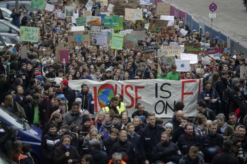 對抗各國政府對犔候變遷、全球暖化的無所作為,歐洲年輕世代發起「星期五拚未來」(Fridays for Future)運動(AP)