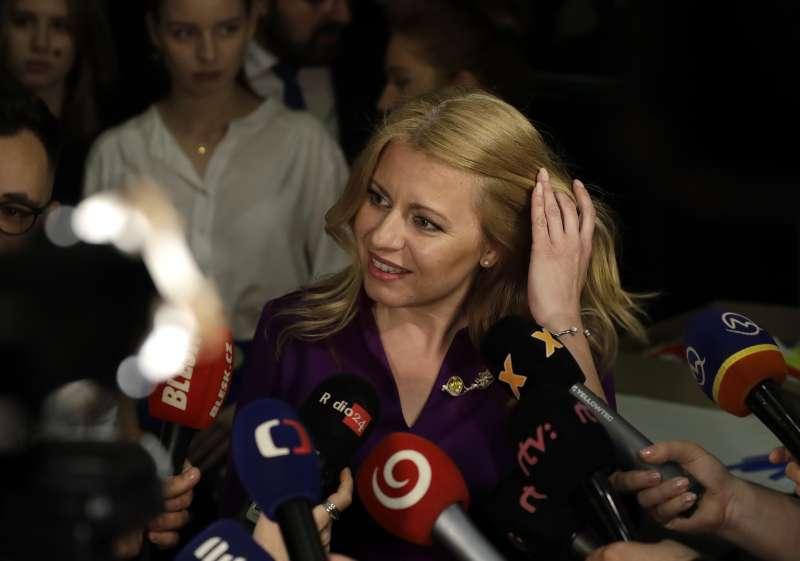 斯洛伐克史上首位女總統卡普托娃(Zuzana Čaputová)在競選總部受大批媒體簇擁。(美聯社)