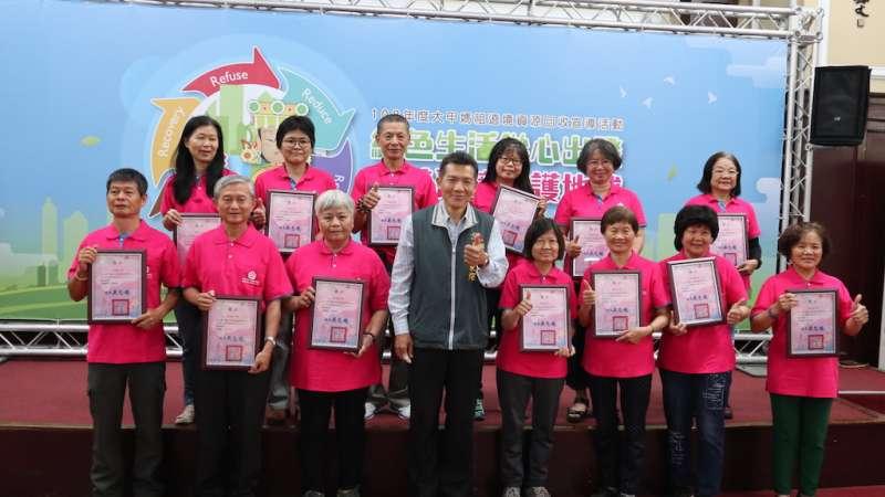 台中市環保志工表揚,服務績優者有隊長張秀暖等21人。 (圖/記者王秀禾攝)