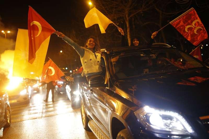 3月31日是土耳其地方選舉,選舉當晚,土耳其總統艾爾多安的伊斯坦堡支持者上街慶祝(美聯社)