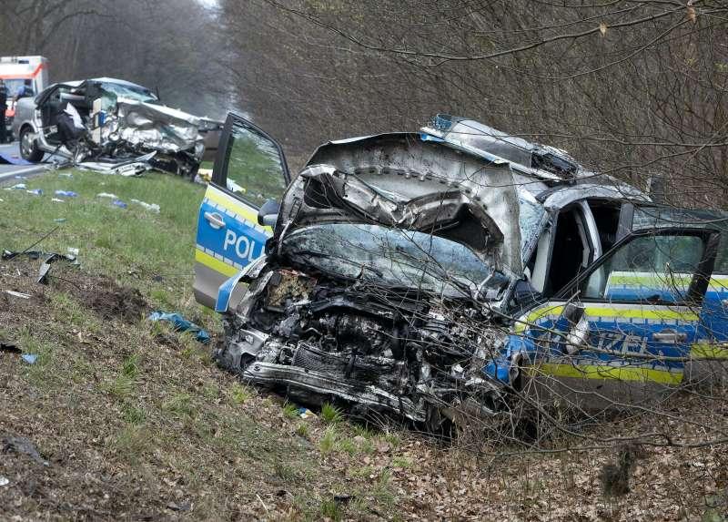 警方在前往墜機地點途中發生車禍,釀2死3重傷(AP)