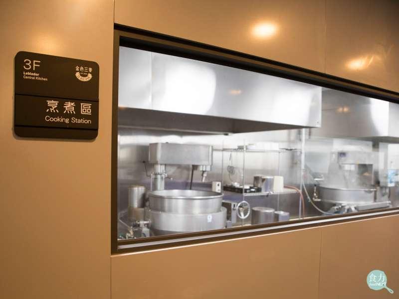 金色三麥餐酒集團旗下餐廳的食材,會統一在生鮮鏈中心進行前處理,調製烹煮各分店會用到的醬料和基礎湯底等,進行第一道的食品安全把關,每日新鮮配送到各分店。(圖/食力foodNEXT提供)