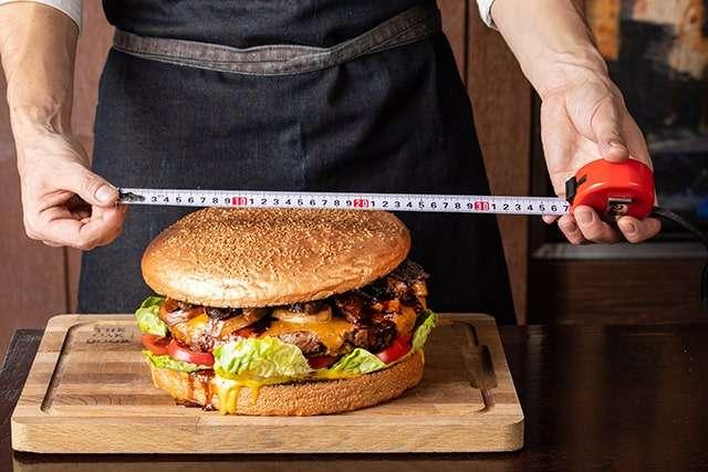 巨無霸和牛漢堡尺寸龐大。(取自東京君悅酒店官方網站)