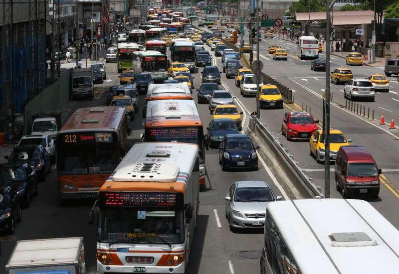 分析交通部統計數據,其他交通違規死亡事故的比例,竟遠大於酒駕致死。(林瑞慶攝)