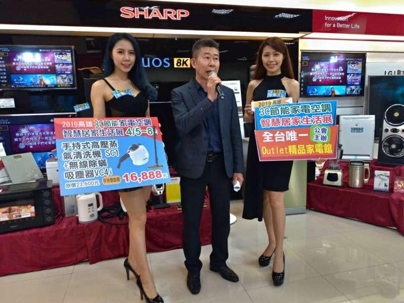 高雄市電器商業公會理事長蔡志亮(中)說,台灣今年創下72年來最熱的冬天紀錄。(圖/徐炳文攝)