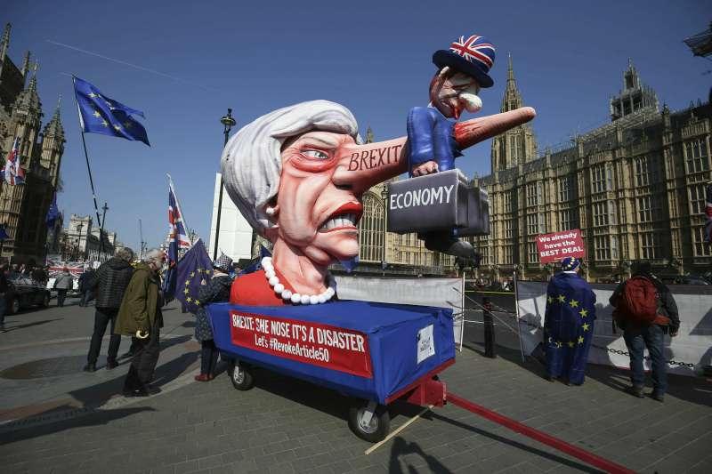 距離「無協議脫歐」倒數10天,脫歐前景依然茫茫,反對脫歐的民眾在街頭抗議。(AP)