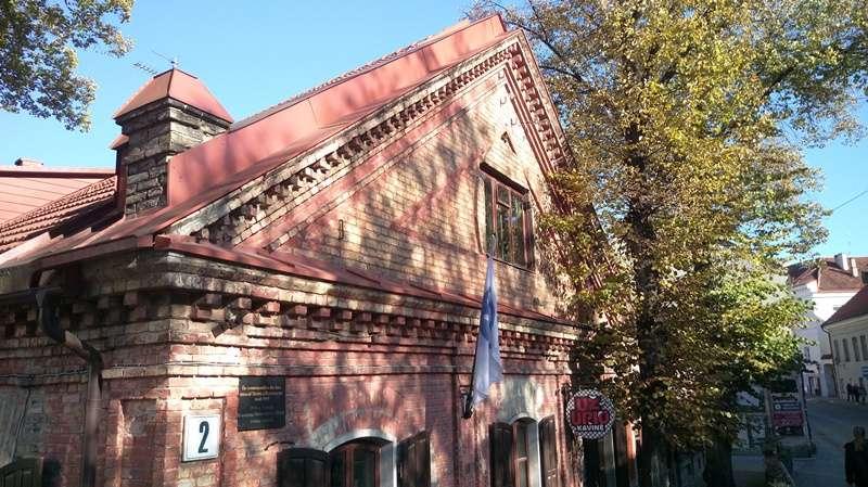 對岸共和國咖啡廳,大門口掛國旗(圖/作者提供)