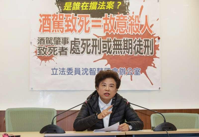 國民黨立委沈智慧強調,酒駕上路就是故意殺人,呼籲修法應回應人民期待。(顏麟宇攝)