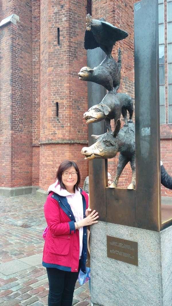 里加市政廳廣場布來梅城市樂手雕像(圖/作者提供)