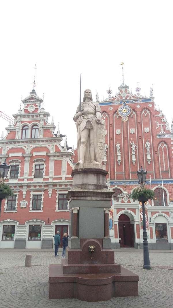 羅蘭騎士雕像位在里加市政廳廣場,是城市守護神(圖/作者提供)