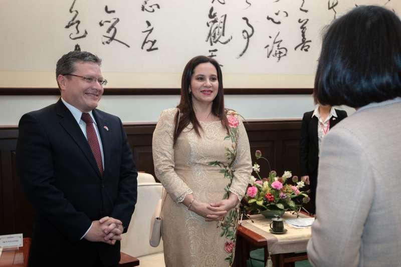 20190403-總統蔡英文接見宏都拉斯共和國第一夫人葉安娜與駐臺大使謝拉。(取自總統府flickr)