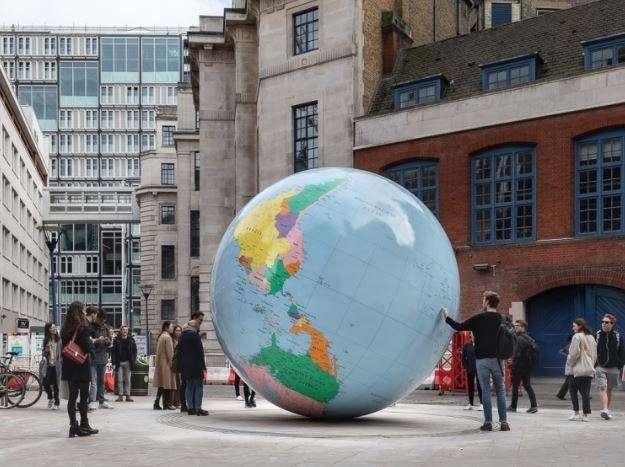 20190404-倫敦政經學院(LSE)校內裝置藝術品「反轉的世界」(The World Turned Upside Down)。(取自LSE網站)