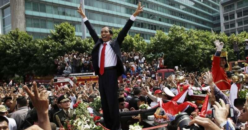 2014年10月20日,印尼總統佐科威參加就職典禮後,上街向慶祝的民眾致意(美聯社)