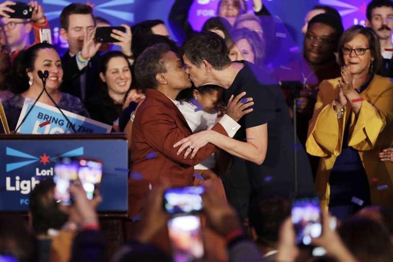 萊特福特與伴侶艾舍曼相吻慶祝勝選。(美聯社)
