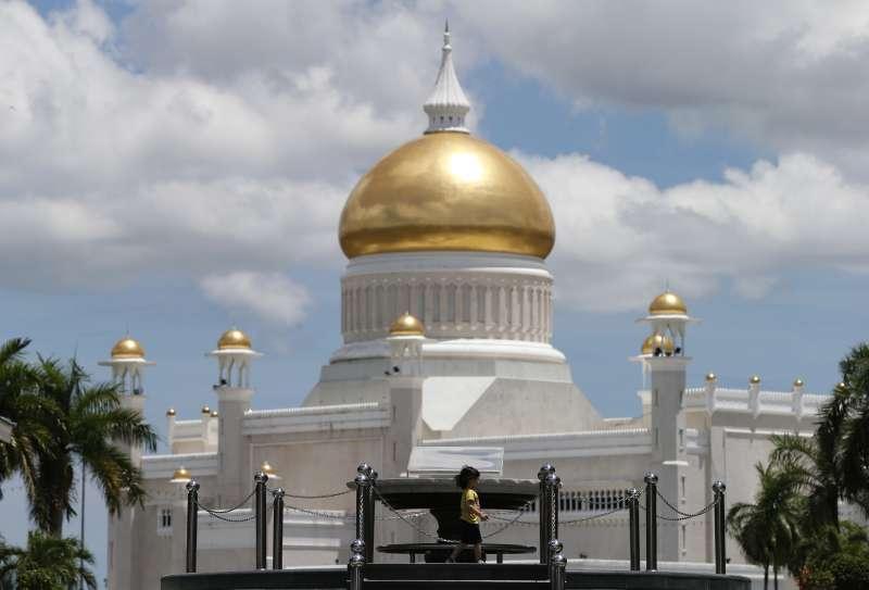 汶萊蘇丹博爾基亞以嚴刑峻法迫害同性戀者,這是位於首都斯里巴卡旺的清真寺(AP)