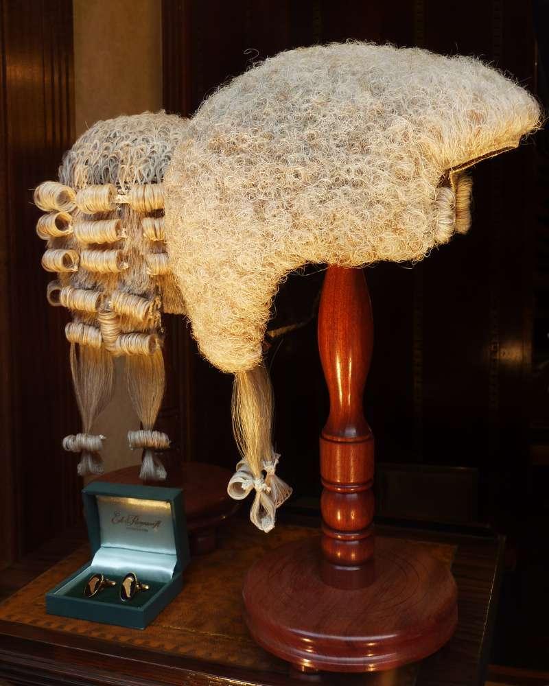 英國體系傳統法院使用的假髮(Oxfordian Kissuth@Wikipedia / CC BY-SA 3.0)