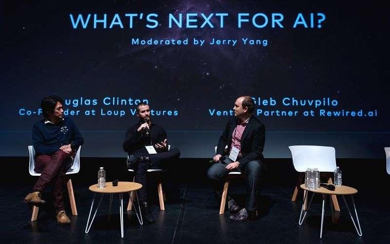 作者(左)在巴黎座談人工智能。(取自楊建銘臉書)
