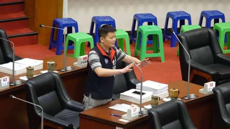 高雄市議員曾俊傑質詢時為交通義警請命。(圖/翻攝臉書)
